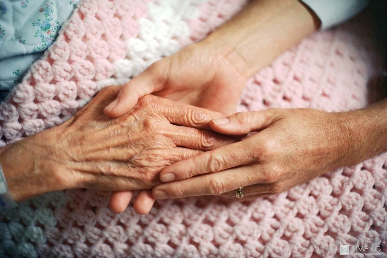 Люди преклонного в доме престарелых