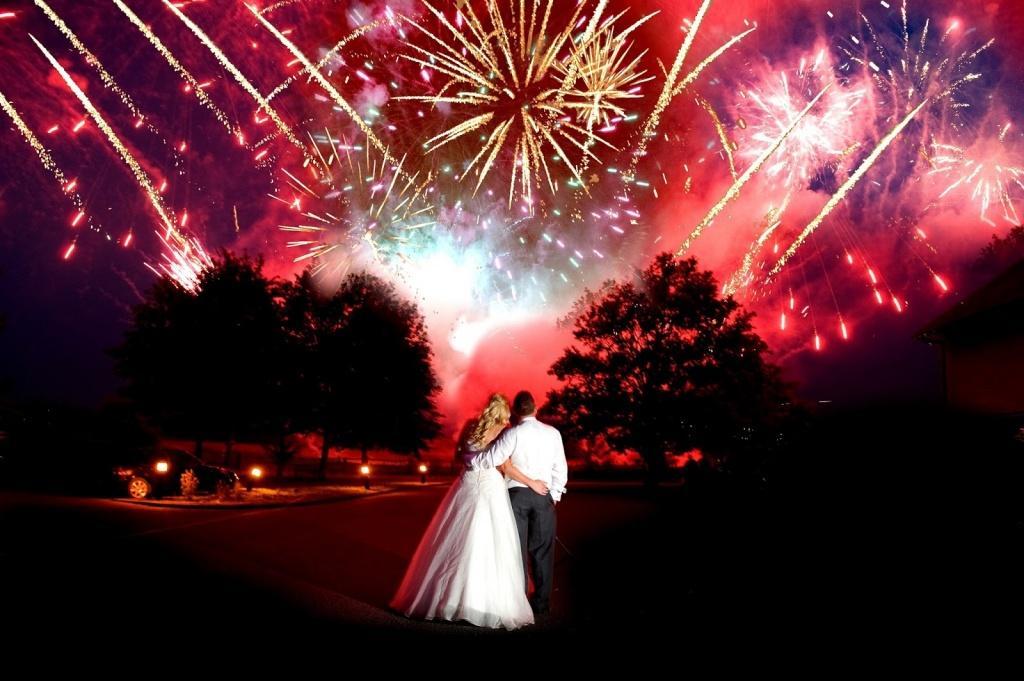 Как выбрать и запустить фейерверк на свадьбу