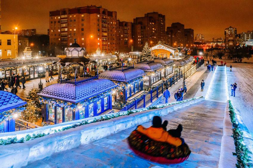 На Профсоюзной можно бесплатно скатиться со сказочной ледяной горки высотой 7 метров