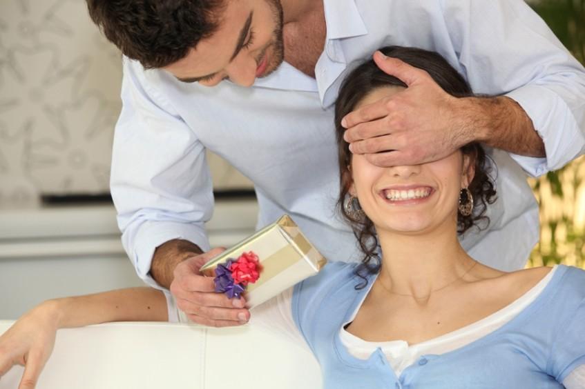 Как мужчина относится к подарку от женщины 918