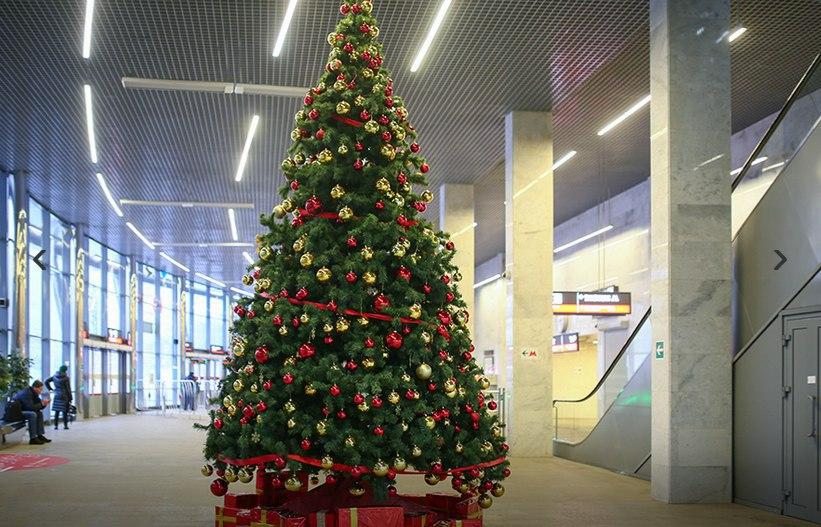 Станции МЦК начали украшать новогодними елками