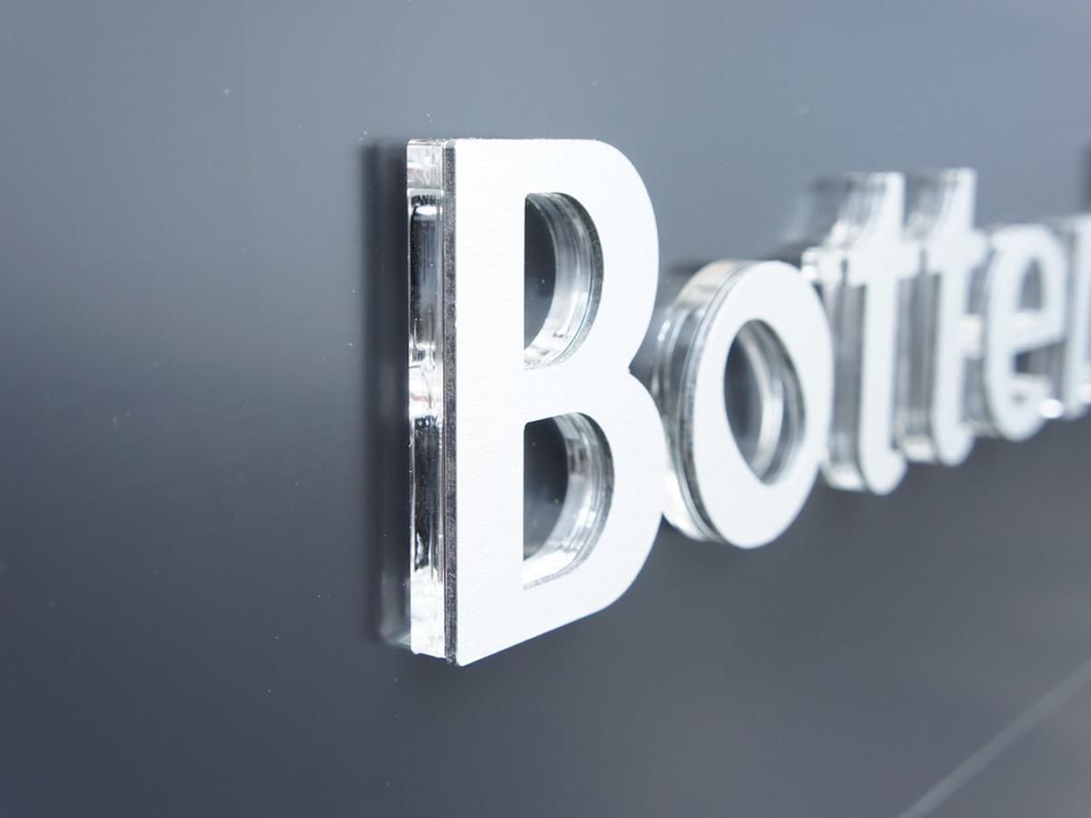 Объемные буквы: креативное исполнение наружной рекламной вывески